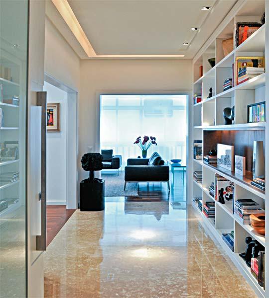 Do hall do apartamento enxergam-se, sem barreiras, a sala de estar (ao fun...