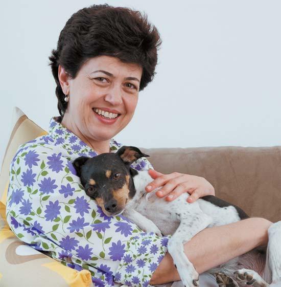 A moradora, a dentista Renata Penteado, e a cachorrinha Viva.
