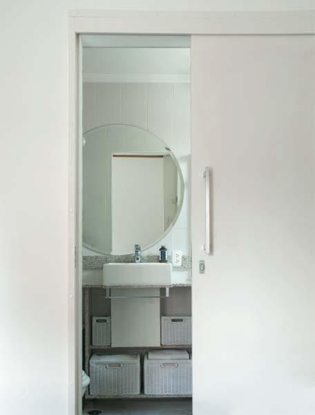 Ao optar por uma cuba de semiencaixe (Deca), a arquiteta Amélia Bratke otimi...