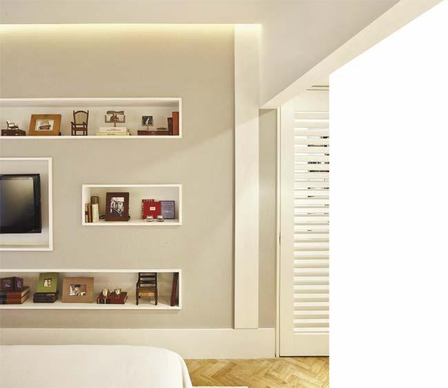 Os nichos abrigam a televisão, livros, objetos e porta-retratos.