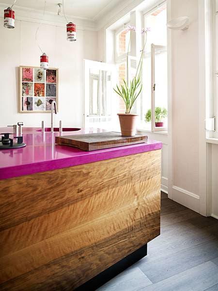 cozinha-com-balcao-de-madeira-e-bancada-rosa