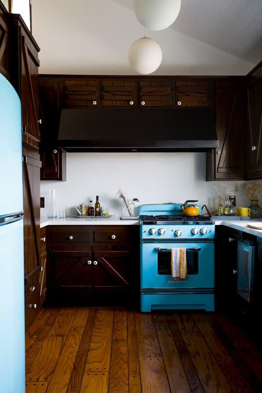 cozinha-escura-com-fogao-e-geladeira-azul-claro