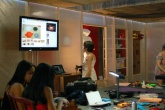 Pessoas interagem com o Ateliê de [Ciber]costura