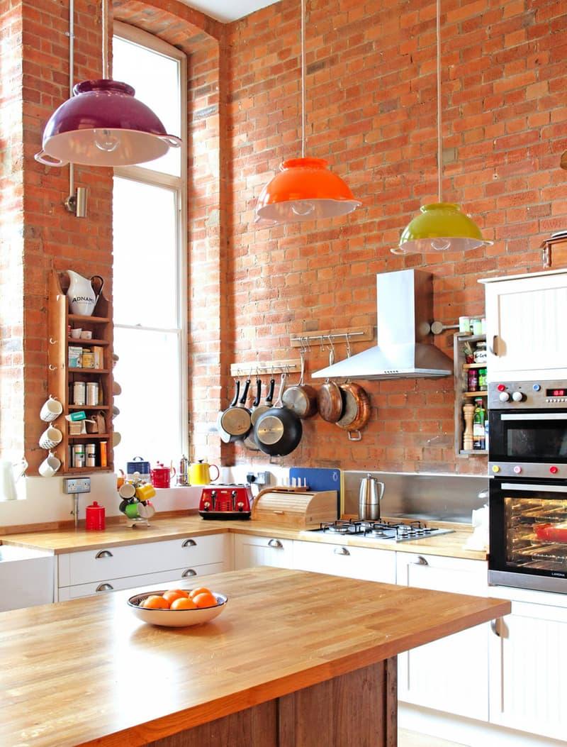 cozinha-de-madeira-e-tijolinhos-luminarias-coloridas