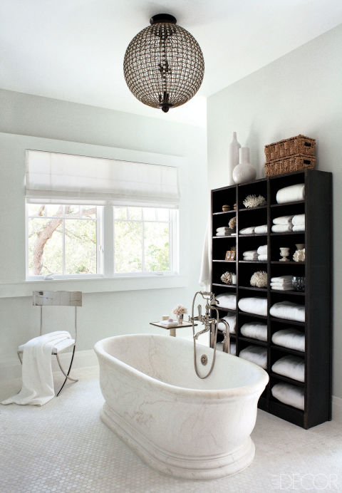 banheiro-branco-com-estante-preta-cria-contraste-Roger Davies