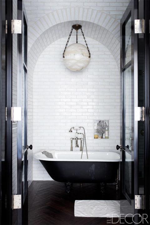 banheiro-branco-e-preto-com-nicho-lustre-circular-e-banheira-em-dois-tons-Mikkel Vang