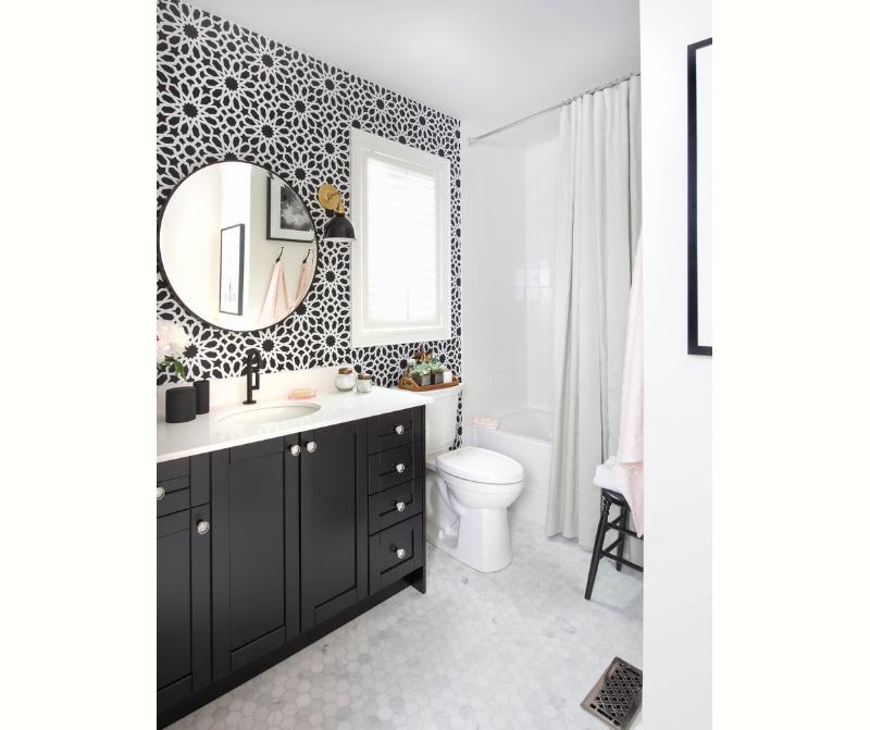 banheiro-branco-e-preto-com-papel-de-parede-delicado