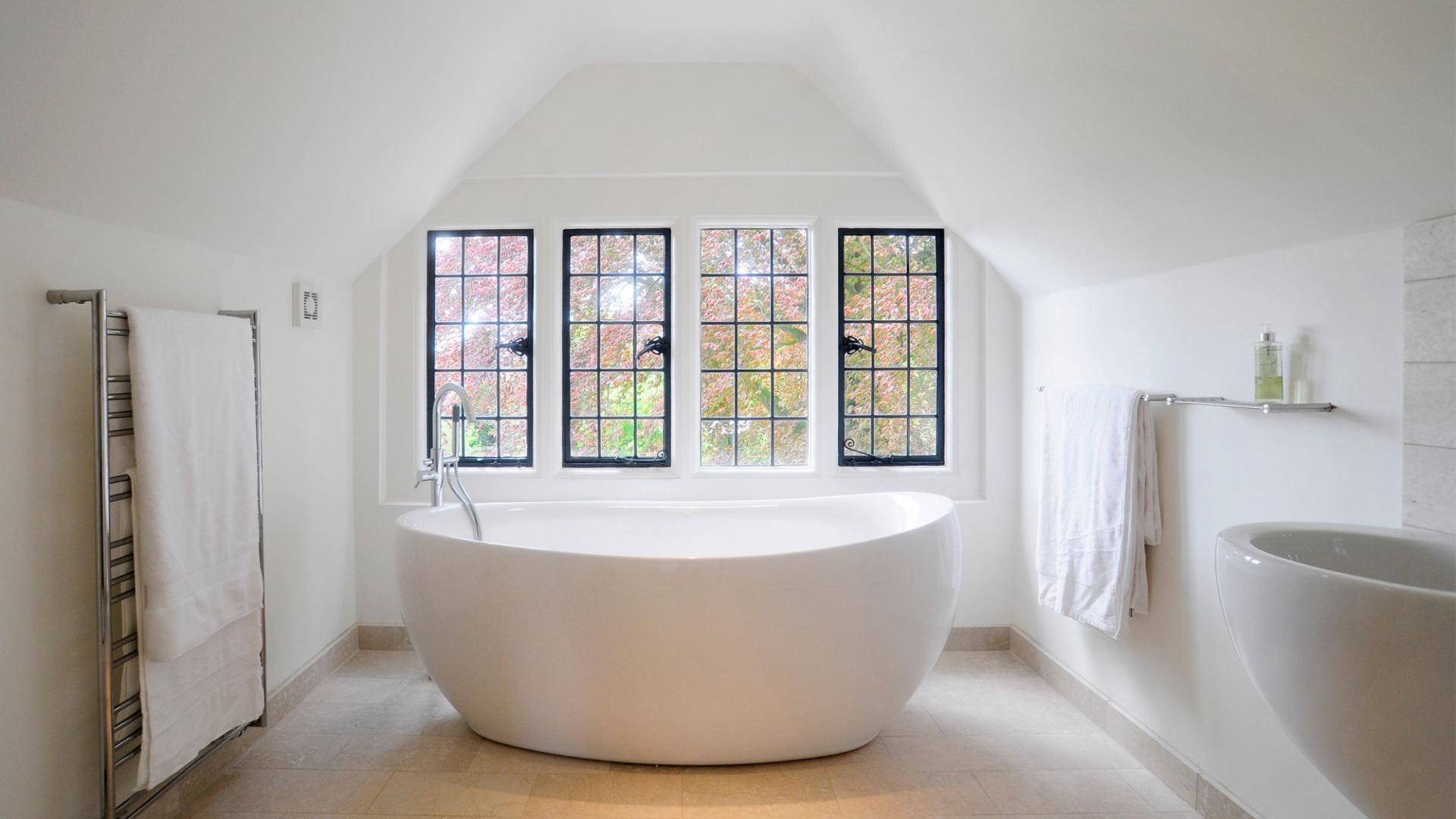 banheiro-com-banheira-ao-lado-das-janelas-Darrell Godliman
