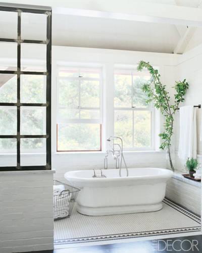 banheiro-da-casa-na-praia-de-meg-ryan-branco-com-detalhes-pretos