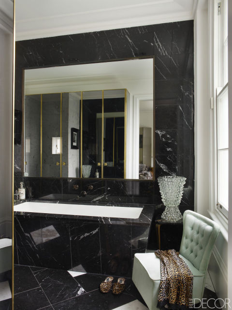 banheiro-de-marmore-preto-banheira-branca-vaso-frances-Simon Upton