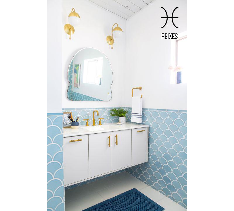 banheiro-depeixes-meia-parede-em-escamas-azuis-Jessica Isaac