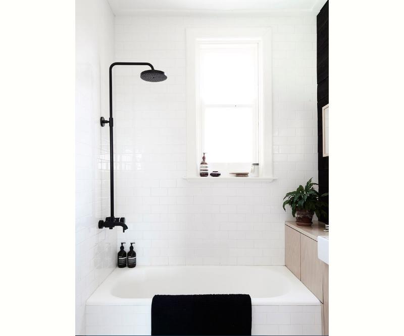 banheiro-minimalista-escandinavo-preto-e-branco