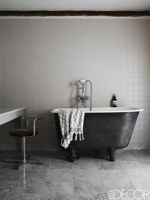 banheiro-preto-e-branco-campestre-elegante-e-classico-Kristoffer Johnsson
