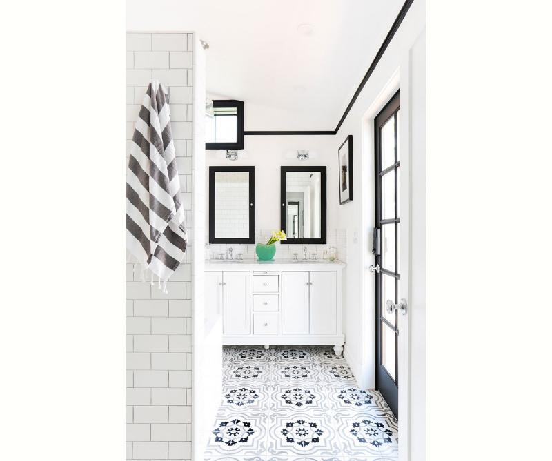 banheiro-preto-e-branco-com-azulejos-desenhados-elegancia-simplista