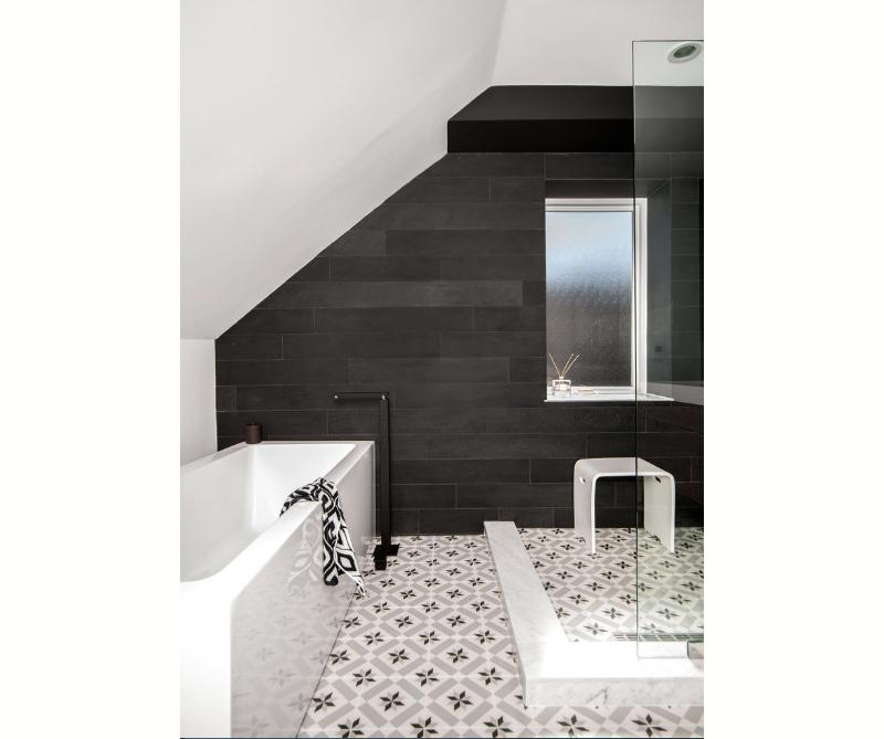 banheiro-preto-e-branco-com-piso-desenhado-e-parede-de-placas-pretas