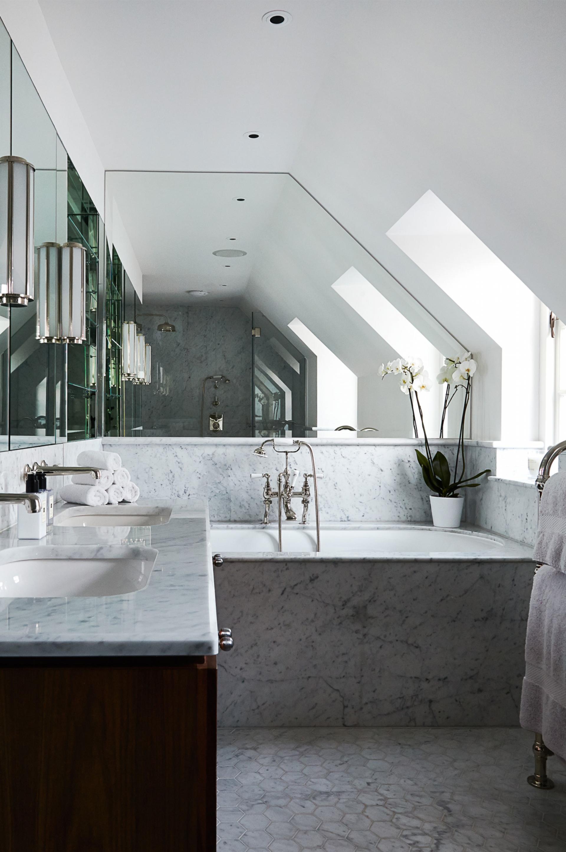 banheiro-repleto-de-marmore-e-espelhos- Anna Stathaki