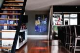 O assoalho de madeira e as paredes com cor de concreto remetem aos lofts nov...