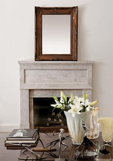 Detalhe da lareira e do espelho na sala estilo clássica