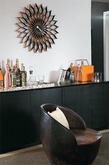 Poltrona e relógio da sala com estilo tribal