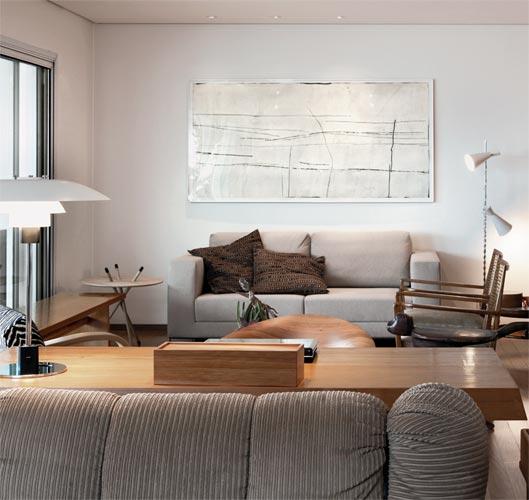 Sala de estar com toque de madeira. Sofá da Dpot e mesa lateral da Scandinav...