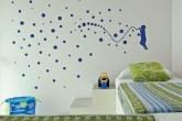 Adesivo animado. Na parede do quarto das crianças, um adesi...