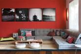 A sala de TV remete à China, no vermelho da parede (Suvinil, ref. R 112*), e...