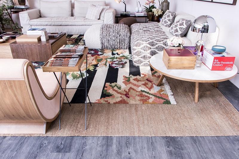 3-ambientes-de-casa-cor-sp-provam-que-as-sobreposicoes-de-tapetes-estao-com-tudo