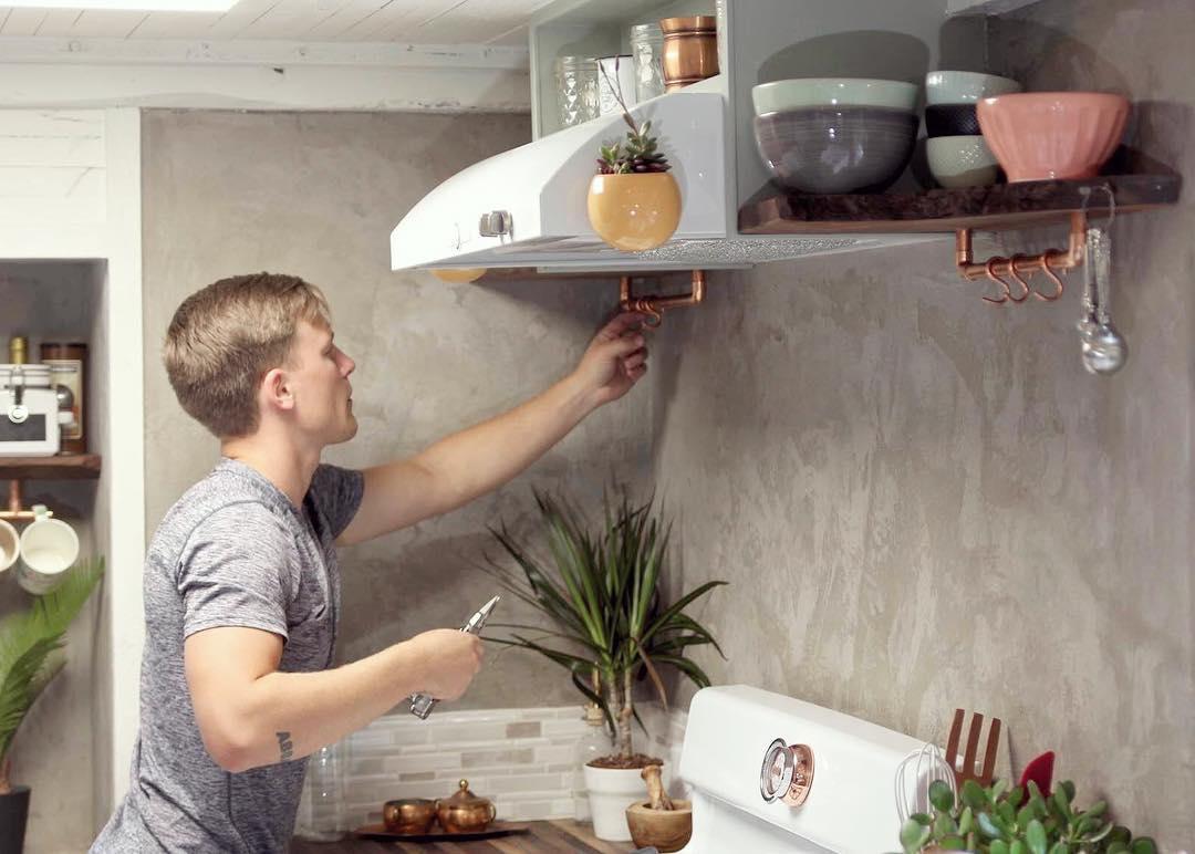 casa-pequena-com-ganchos-para-os-acessorios-da-cozinha-handcraftedmovement