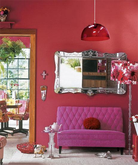 Na parede pintada com tinta Coral (ref. Festa da Cereja) está um espelho ven...