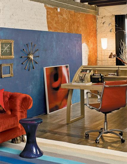 Por meio da alternância de cores, os ambientes ficam integrados. O tapete li...