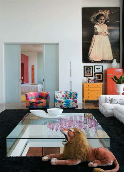 Na sala clara e cheia de cores, o leão de pelúcia, comprado numa loja de br...
