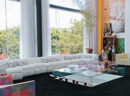 As proporções, em tudo, são generosas: o sofá Strip (Forma) tem 7 m, e as...