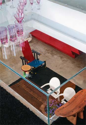 Grande atração do living, a mesa de centro é na verdade uma caixa de placa...