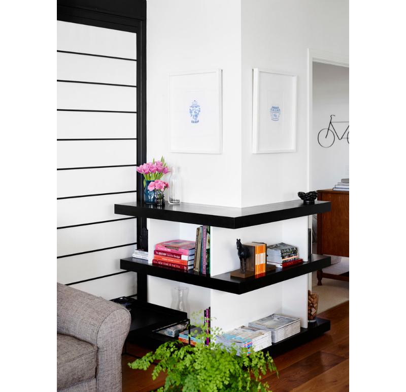 foto-prateleiras-baixas-pretas-contornam-parede