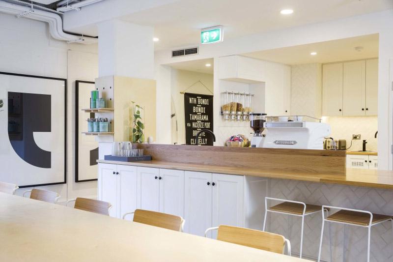 conheca-a-nova-sede-do-airbnb-em-sidney-tem-quarto-atras-da-estante (13)