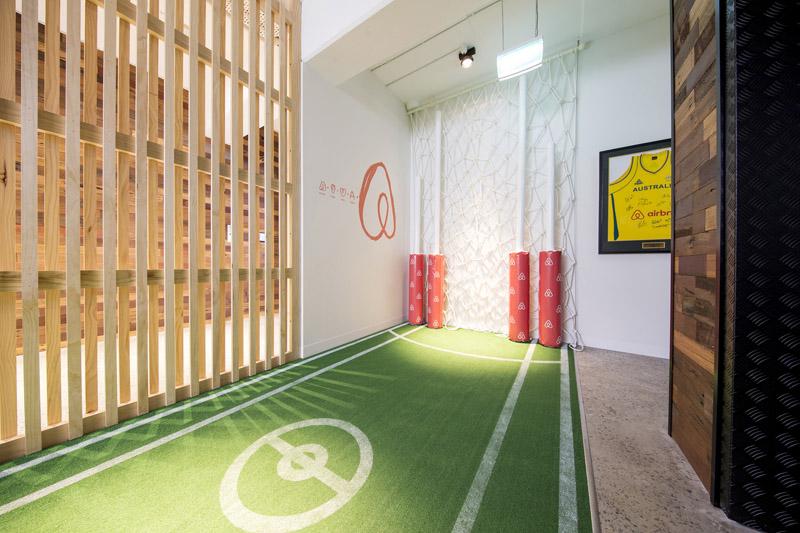 conheca-a-nova-sede-do-airbnb-em-sidney-tem-quarto-atras-da-estante (5)