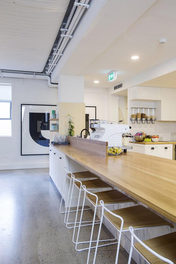 conheca-a-nova-sede-do-airbnb-em-sidney-tem-quarto-atras-da-estante (7)
