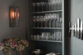 cozinha-azul-com-prateleiras-na-marcenaria-DeVOL