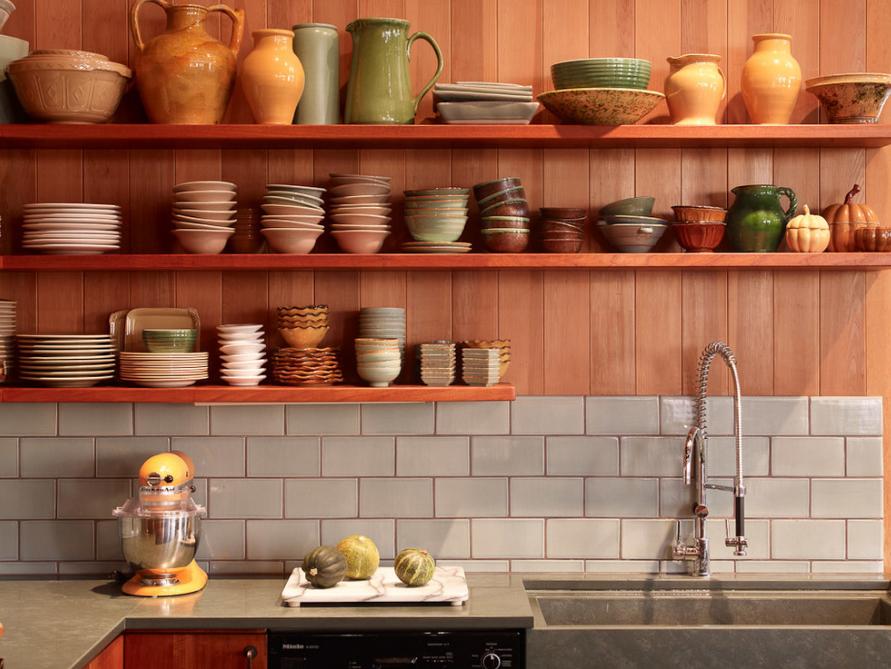 cozinha-cinza-com-paredes-de-madeira-e-prateleira