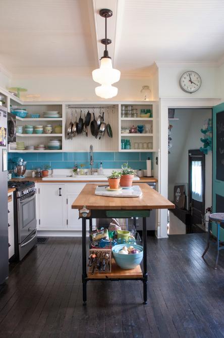 cozinha-com-prateleiras-e-detalhes-azuis-Adrienne DeRosa