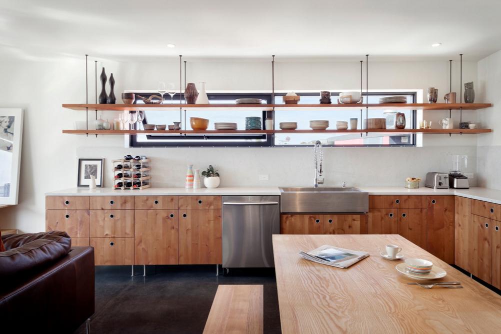 cozinha-com-prateleiras-suspensas-em-frente-a-janela-Sundberg Kennedy Ly-Au Young Architects