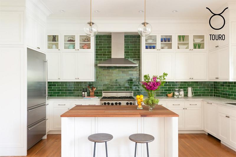 cozinha-de-touro-branca-com-tijolos-verdes-piso-de-madeira-por-nystrom-design