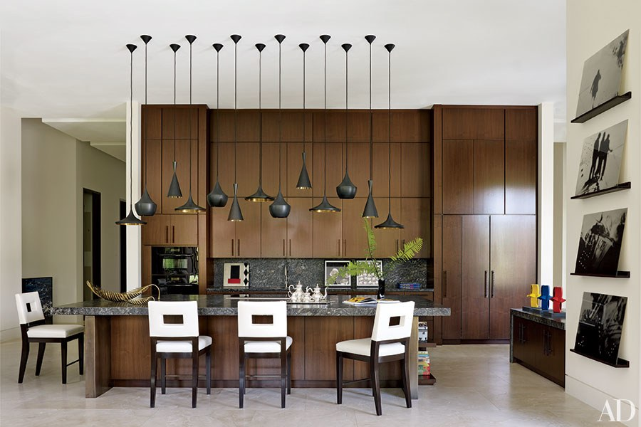 cozinha-marrom-com-muitas-luminarias-pendentes-Tom-Dixon-Architectural-Digest-William-Waldron