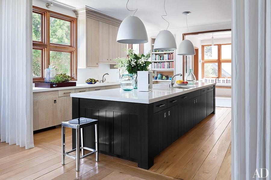 cozinha-piso-madeira-ilha-preta-e-branca-pendentes-grandes-architectural-digest-scott-frances