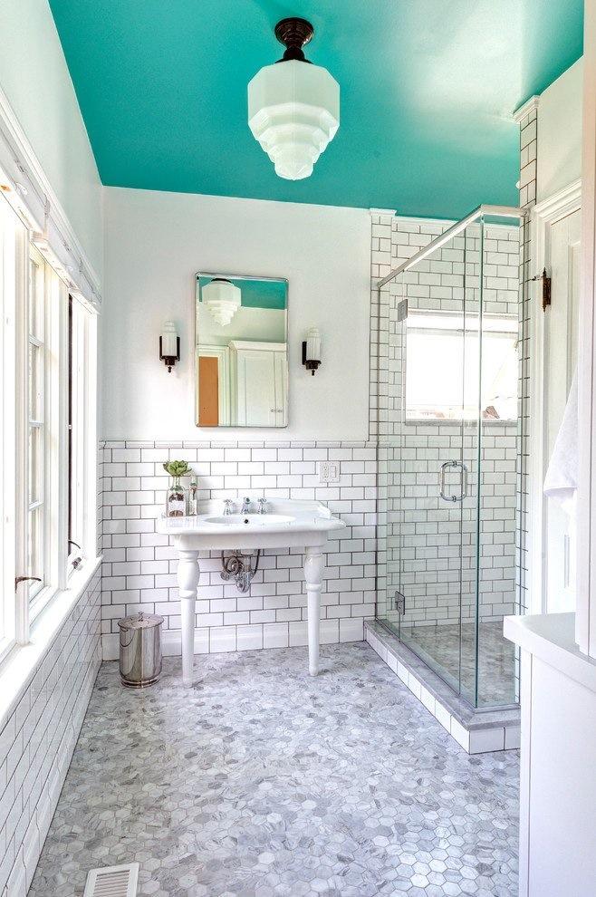 banheiro-com-teto-azul-turquesa-por-Dave-Fox