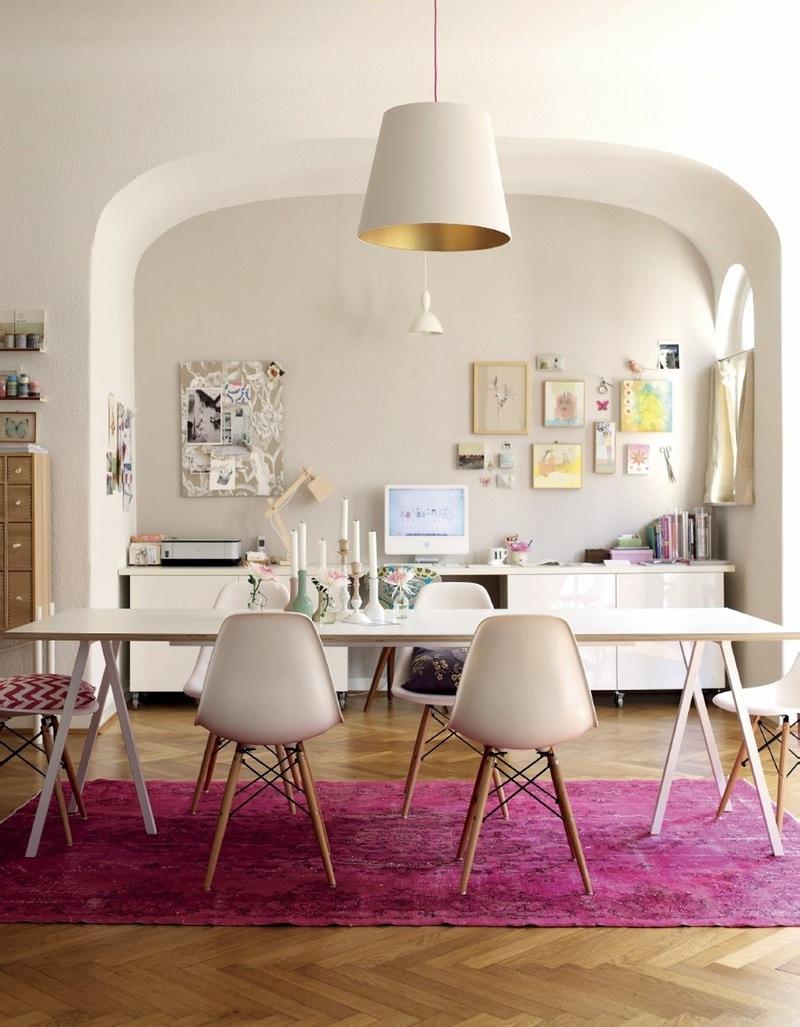 tapete-rosa-sala-de-jantar-branca-com-madeira