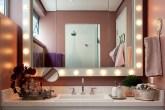 destaque-banheiro-tem-luzes-de-camarim-paredes-rosas-e-marcenaria-inteligente