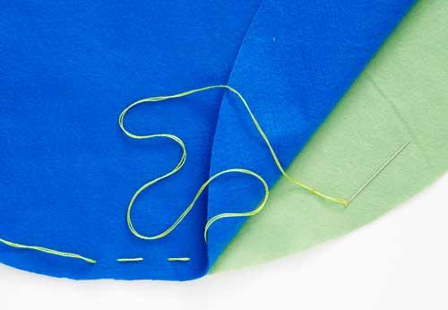 Una as duas partes do feltro e faça um alinhavo em toda a circunferência.
