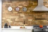 flash-escritorio-arkitito-mescla-tijolo-e-madeira-em-cozinha-despojada