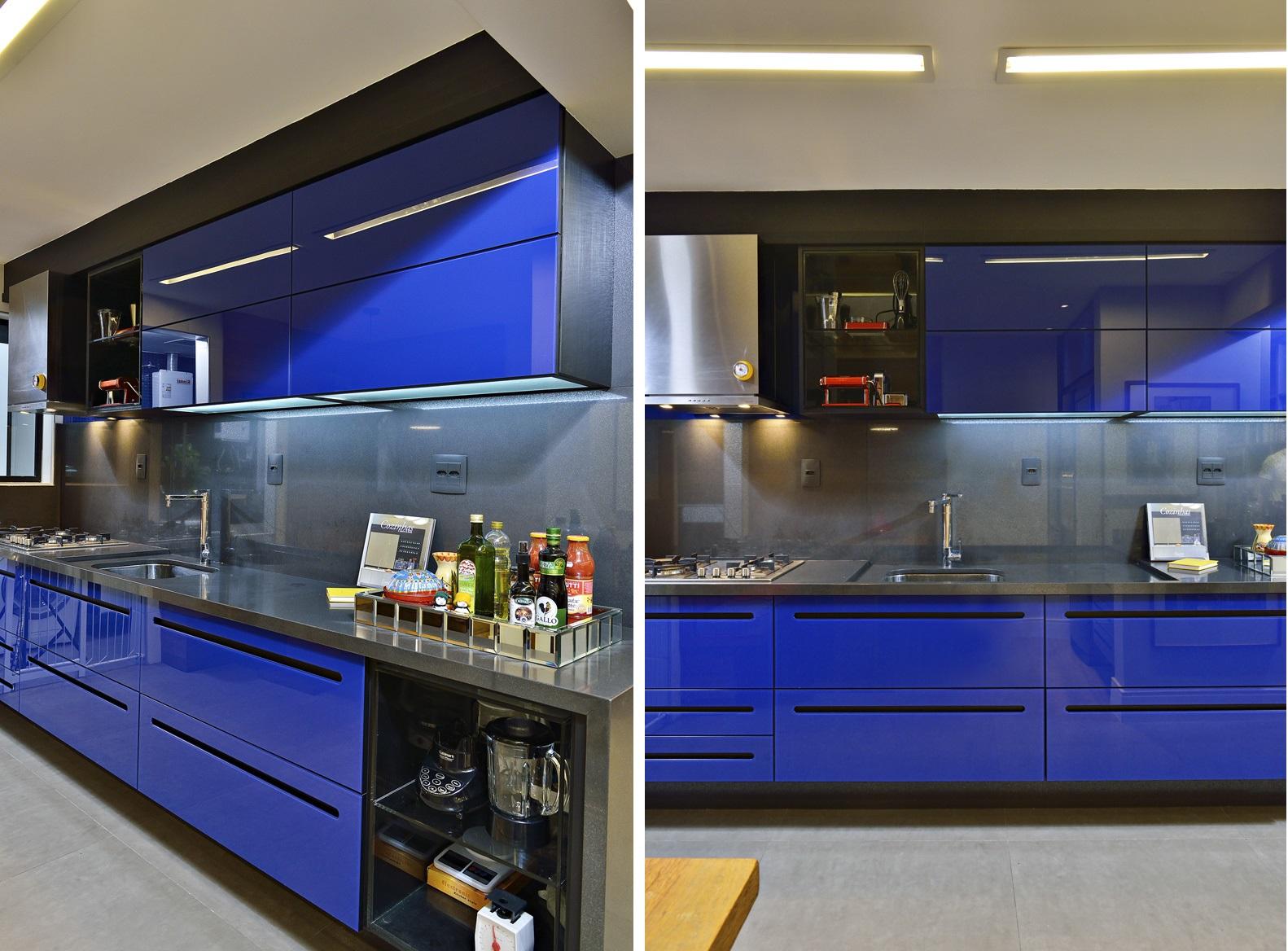 01 - Cozinha arrojada aposta em armários com portas azul royal